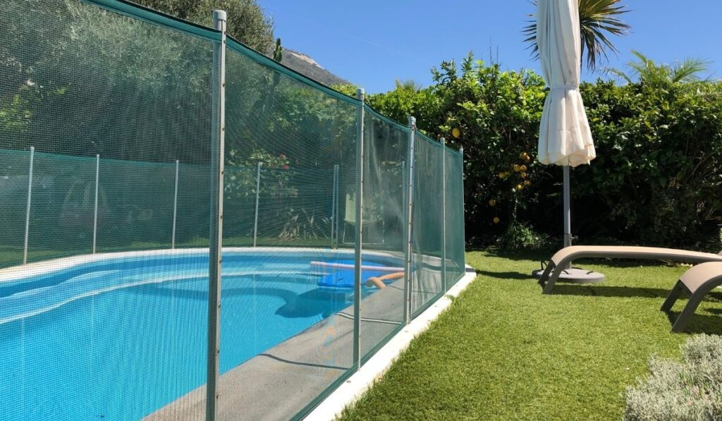 Swimming pool with fence